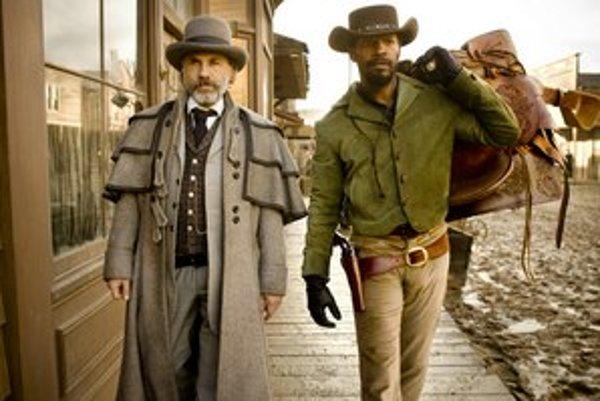 Dr. King Schultz (Christoph Waltz už má za túto úlohu Zlatý glóbus) a Django (Jamie Foxx), dvojica, ktorá vyslobodzuje otrokov z plantáží a vykonáva pomstu.
