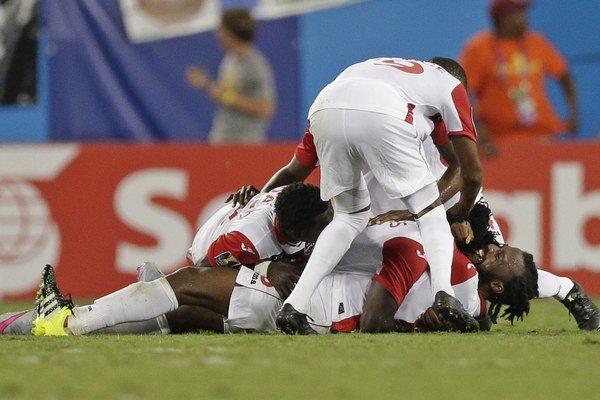 Futbalisti Trinidadu a Tobaga oslavujú vyrovnávajúci gól Yohanca Marshalla z 94. minúty.