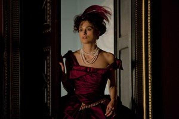 Keira Knightley, nová Anna Kareninová. Jej manžela hrá Jude Law, Vronského Aaron Taylor – Johnson.