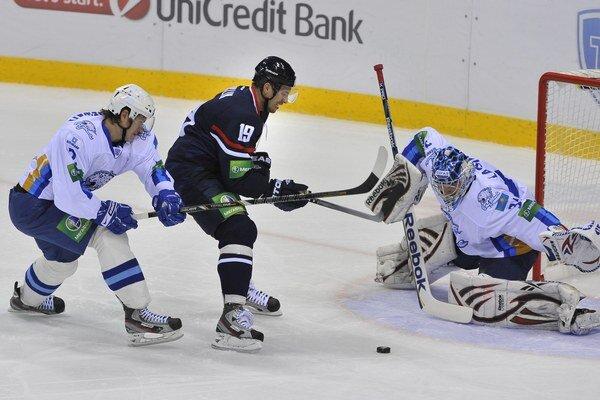 Mužstvo Astany (jej hráči sú na snímke v bielom) nastupovali v KHL aj proti Slovanu Bratislava. Teraz majú oba tímy finančné problémy.