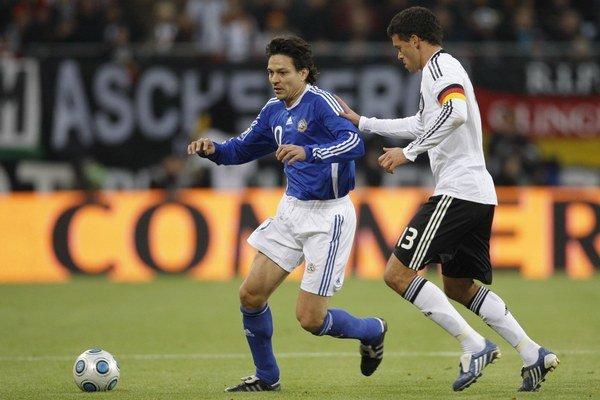 Na snímke z roku 2009 bojuje Jari Litmanen (vľavo) o loptu s Nemcom Michaelom Ballackom v kvalifikačnom stretnutí o postup na MS 2010.