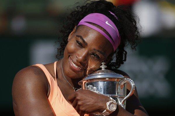 Serena Williamsová s víťaznou trofejou.