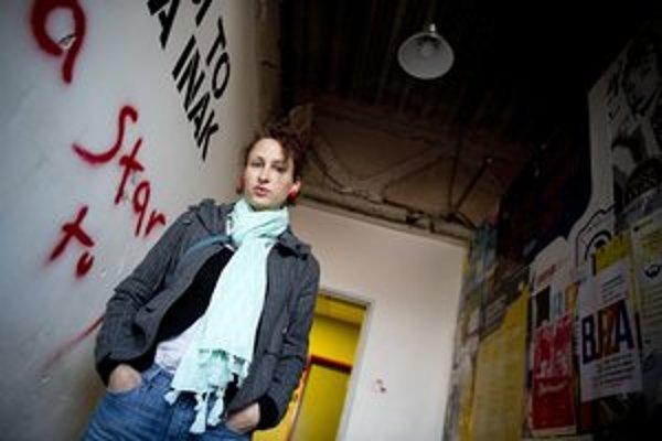 Zuzana Kepplová (1982) vyštudovala dramaturgiu a scenáristiku na Filmovej a televíznej fakulte VŠMU. S poviedkou Baladička o víkende zvíťazila v 9. ročníku súťaže Poviedka 2005 TIPOS. Autentický pohľad na svoju generáciu zachytila v knihe Buchty švaba