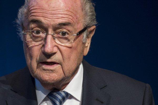 Joseph Blatter odstúpil z funkcie iba štyri dni po tom, ako ho zvolili už do jeho piateho funkčného obdobia.