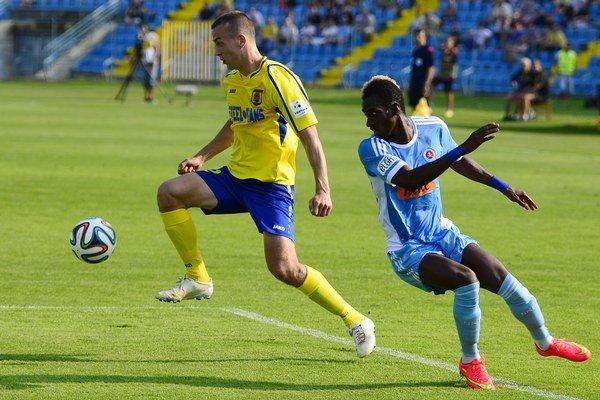 Boris Sekulič (vľavo) sa s loptou dostáva cez brániaceho Mamadou Bagayoka, vtedy ešte hráča Slovana.