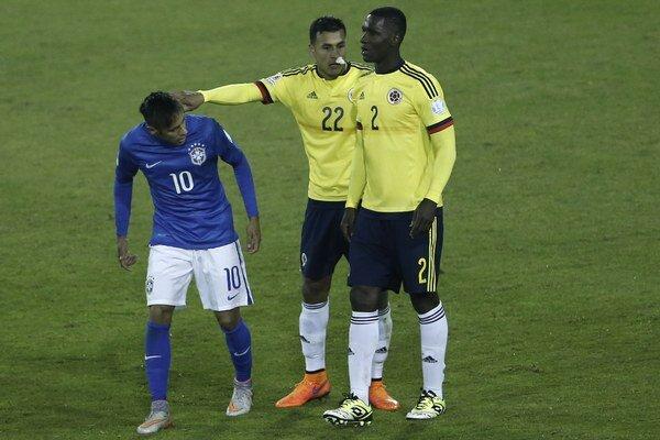Brazílčan Neymar (vľavo) sa po zápase dostal do konfliktu aj s hráčom súpera Jeisonom Murillom (v strede).