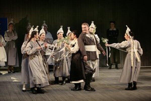 Miriam Garajová v úlohe Bareny, Katarína Juhásová-Štúrová (Jenůfa) a Miroslav Dvorský (Laca Klemeň).