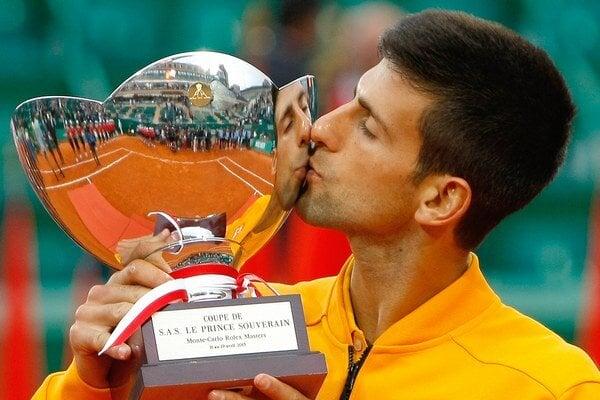 Novak Djokovič s trofejou.