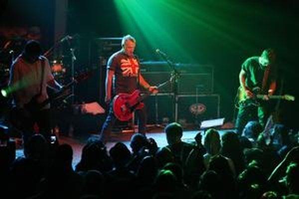 Pôvodný basgitarista a zakladajúci člen Joy Division sa rozhodol vrátiť ku starým pesničkám s novou skupinou.