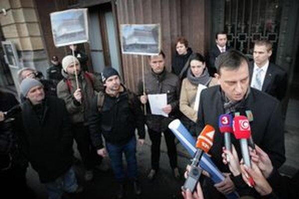 Minister kultúry Daniel Krajcer počas ranného stretnutia pred ministerstvom.