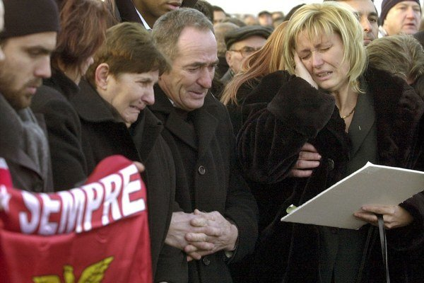 V roku 2004 skonal tesne pred koncom zápasu maďarský futbalista Miklós Fehér. Snímka je z hráčovho pohrebu.