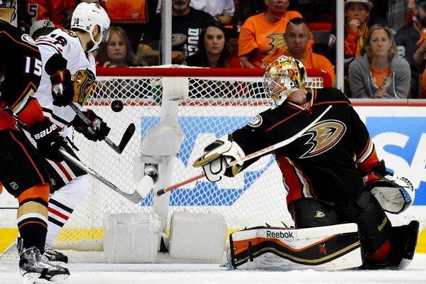 Brankár Federik Andersen (vpravo) pomohol 27 zákrokmi k výhre Anaheimu Ducks.