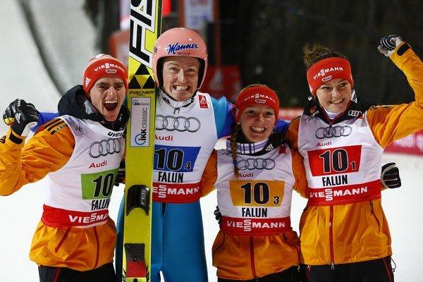 Víťazné družstvo Nemecka - zľava Richard Freitag, Severin Freund, Katharina Althausová a Carina Vogtová.