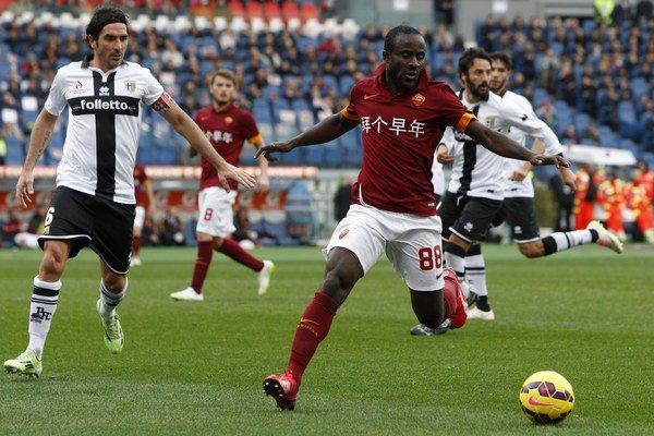 Nateraz posledný ligový zápas odohrala Parma 15. februára proti AS Rím (0:0). Na snímke Seydou Doumbia z AS (v červenom) v súboji s hráčmi Parmy.