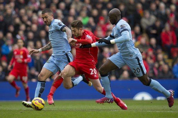 Adam Lallana (v červenom) je jedným z hráčov akadémie Southamptonu, ktorých klub predal. Momentálne hráva v drese FC Liverpool.
