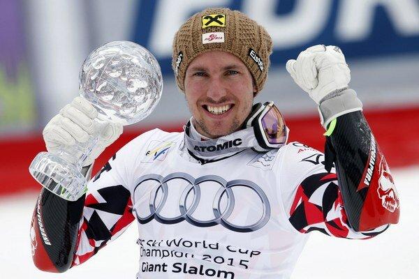 Marcel Hirscher s malým glóbusom za triumf v obrovskom slalome. V nedeľu k nemu zrejme pridá aj veľký glóbus za celkové prvenstvo vo Svetovom pohári.