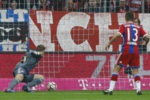 Manuel Neuer (vľavo) dostáva po chybe gól, prizerá sa jeho spoluhráč Rafinha.