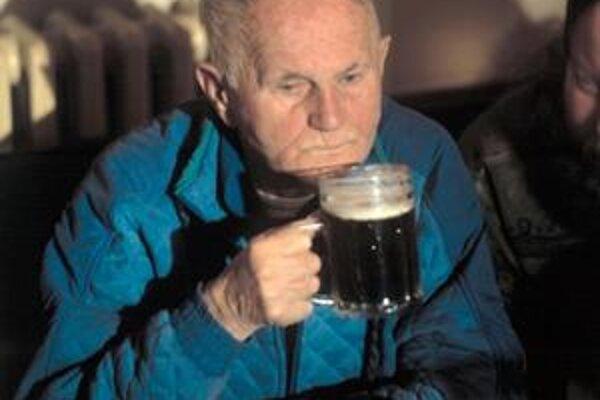 Pri Bohumilovi Hrabalovi nemôže v knihe chýbať informácia, že U Zlatého tygra v Prahe vypil hektolitre piva.