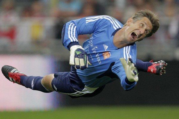 Edwin van der Sar je holandskou brankárskou legendou. V auguste sa predstaví aj na Slovensku.