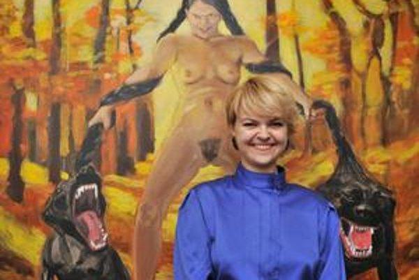 Autorka Lucia Dovičáková pred obrazom Diana počas vernisáže.