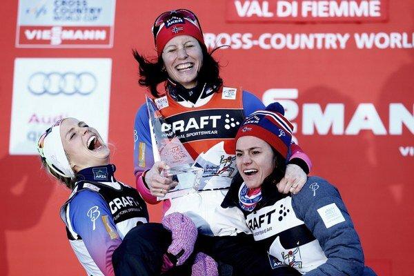 Nórska bežkyňa na lyžiach Marit Björgenová (na sníme uprostred) vyhrala beh na 9 km s hendikepovým štartom, na ďalších miestach skončili jej krajanky, druhá Therese Johaugová (vľavo) a tretia Heidi Wengová (vpravo).