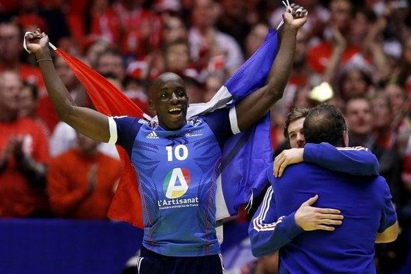 Francúz Alix Nyokas oslavuje titul majstrov Európy, ktorý Francúzi získali proti Dánom v dánskom Herningu pred rokom.