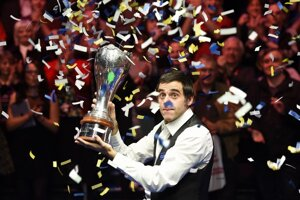 Ronnie O'Sullivan s trofejou pre víťaza UK Championship.
