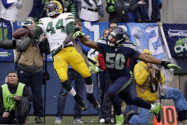 James Starks (44) z Green Bay Packers a K.J. Wright (50) z tímu Seattle Seahawks.