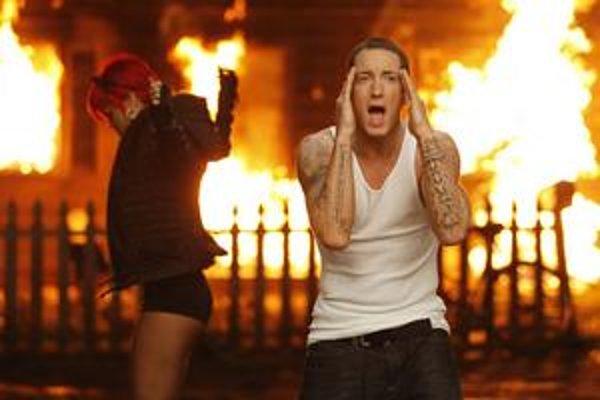 Úspech Eminema ťahá aj Rihannu – ich duet Love the Way You Lie môže na Grammy získať cenu ako Skladba roka, Nahrávka roka, Najlepšia rapová pieseň, Najlepšia rapovo-spievaná spolupráca aj Najlepší videoklip.
