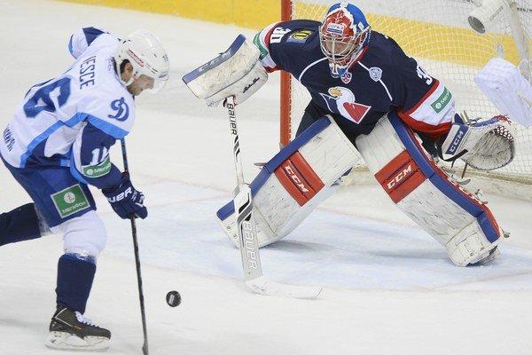 Denis Godla odchytal v KHL za Slovan už dva zápasy.