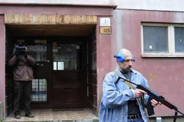 Dvojník Ľubomíra Harmana pri nakrúcaní streľby pred panelákom.