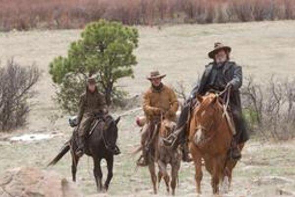 Hailee Steinfeldová, Matt Damon a Jeff Bridges na ceste za spravodlivosťou. Postavu vraha hrá vo filme bratov Coenovcov Josh Brolin.