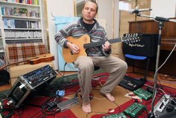Väčšina ľudí ho pozná ako gitaristu, no Andrej Šeban zvláda aj fujaru či klávesové nástroje.
