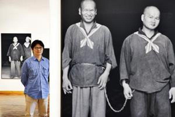 """""""Reťaz tu budete iste vnímať inak ako ľudia v Brazílii, USA alebo na Taiwane,"""" hovorí Chien-Chi Chang, taiwanský fotograf, člen Magnum Photos. Stojí uprostred  fotografií  pacientov psychiatrickej liečebne, ktorí sú spolu pripútaní reťazami. Výstava potrv"""
