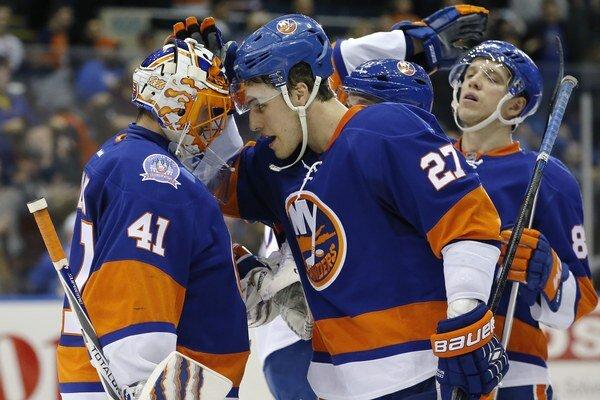 Center New Yorku Islanders Anders Lee blahoželá slovenskému brankárovi Jaroslavovi Halákovi k ďalšiemu vychytanému víťazstvu.