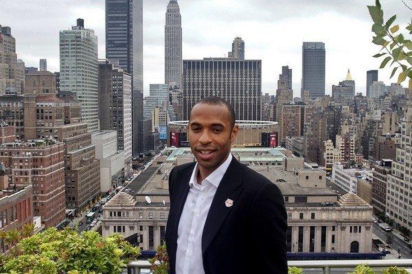 Thierry Henry pózuje 15. júla 2010 v New Yorku, kedy podpísal viacročný kontrakt s klubom New York Red Bull.