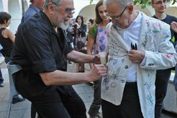 Na vernisáži v Slovenskej národnej galérii predviedol Juraj Bartusz svoju akciu Hviezdy sa mi podpisujú na sako. V tomto prípade je to výtvarník Rudolf Sikora, zhodou okolností aj jeho pedagogický kolega z Katedry výtvarných umení a intermédií Fakulty