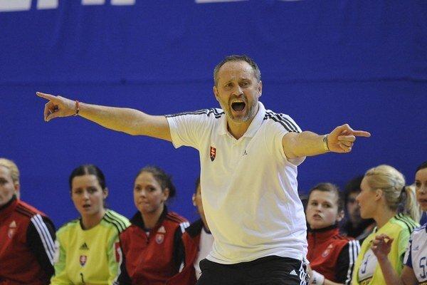 Takto Dušan Poloz rozdával pokyny počas zápasu so Srbskom.