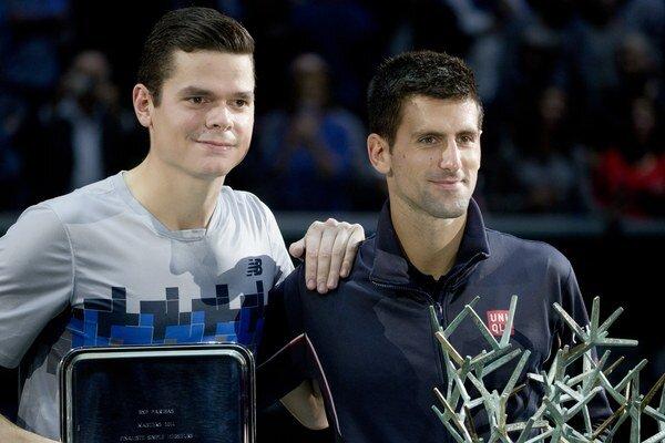 Novak Djokovič (vpravo) sa stal víťazom turnaja ATP Masters 1000 v Paríži, keď vo  finále si poradil s Kanaďanom Milošom Raoničom (vľavo).