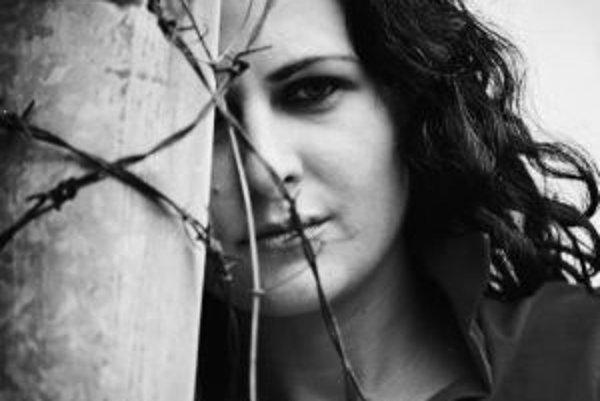 MARIANA ČENGEL-SOLČANSKÁ študovala na Univerzite Konštantína Filozofa v Nitre, kde skončila odbor politológia a kulturológia. Od roku 2003 študovala na Filmovej a televíznej fakulte Vysokej školy múzických umení v Bratislave odbor Filmová a televízna réži