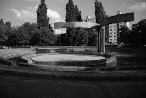 Pre obyvateľov bratislavského sídliska Ružinov bežný pohľad, pre Isu Rosenbergerovú netradičná architektúra. Tú si u nás všímajú aj iní zahraniční umelci, ktorí z nej urobili dve knihy.