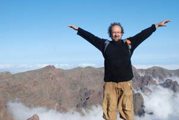Márius Kopcsay (1968) sa narodil v Bratislave. Po gymnáziu študoval chémiu a fyziku na Univerzite Komenského v Bratislave. Po roku 1989 sa začal venovať novinárčine. Je autorom zbierok poviedok Kritický deň, Stratené roky, Zbytočný život, románov Domov a