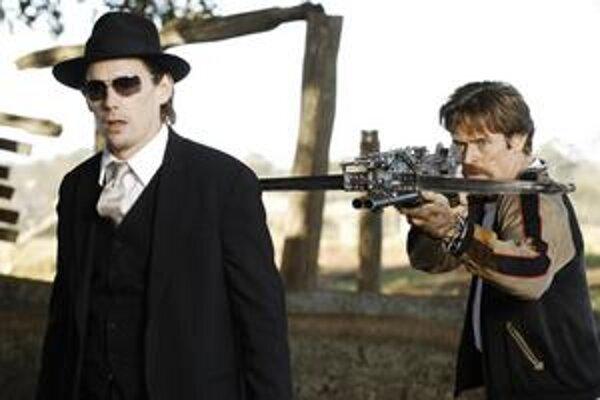 Ethan Hawke a jeho ochrankár Willem Dafoe. Ak nenájdu liek, hrozí mu, že skončí na upírskom nápojovom lístku.
