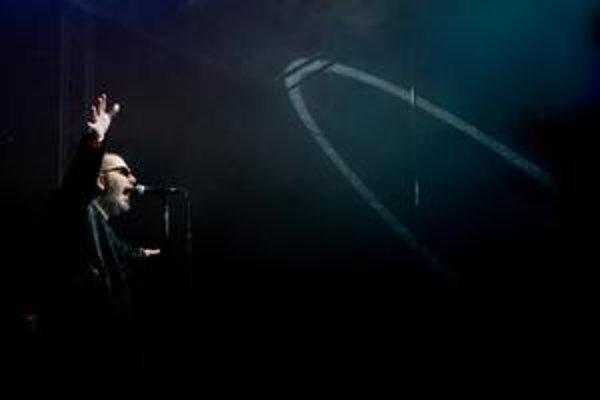 Útek z temných introvertných stavov sa podaril, Richard Müller opäť spieva a robí nové pesničky.
