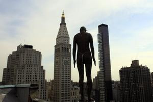 Niektoré sochy sú umiestnené na strechách ikonických budov, ďalšie obchádzajú chodci na uliciach.