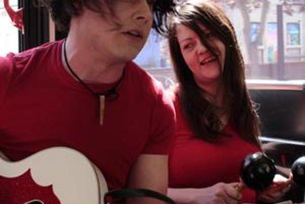 Koncert v autobuse? Prečo nie, povedalo si duo White Stripes a na nezvyčajné turné k desiatemu výročiu zobralo aj tím režiséra Emmetta Malloya.