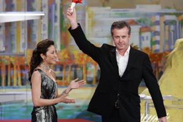 Bruno Dumont (52), kedysi učiteľ filozofie, dnes najmä režisér. Debutoval v roku 1997 filmom Život Ježiša, za  drámu Flandry získal o deväť rokov neskôr  Grand Prix na festivale v Cannes. Film Hadewijch je zatiaľ jeho posledný.