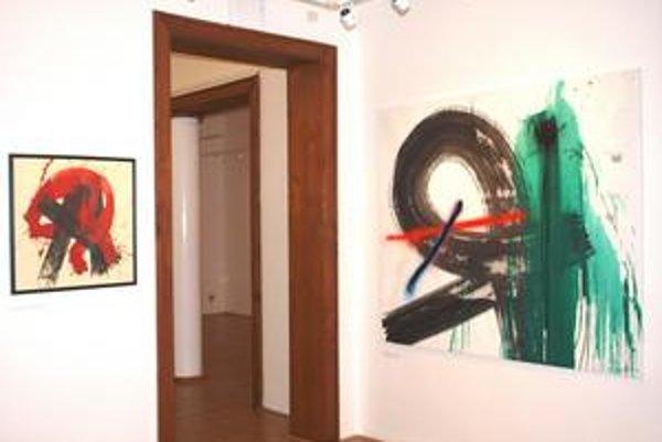 Zaujímavé susedstvá vytvorili aj diela Juraja Bartusza (vľavo) a Viktora Freša.