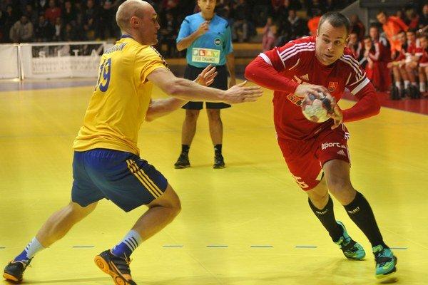 Lukáš Gamrát (vpravo) v kvalifikačnom zápase Slovenska proti Švédsku.