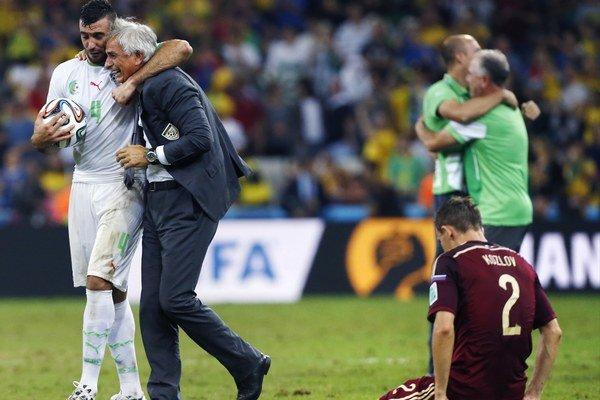 Alžírsky futbalista Essaid Belkalem a tréner Vahid Halilhodžič  sa tešia po remíze 1:1 v zápase H- skupiny Alžírsko - Rusko z postupu do osemfinále futbalových MS.
